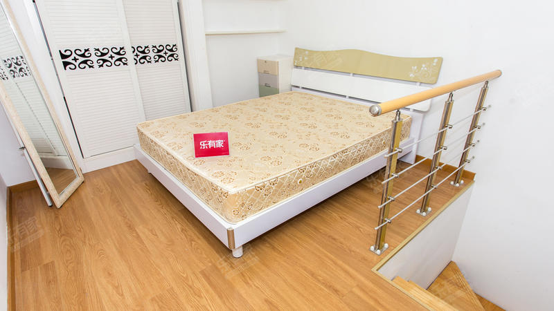 1.远洋新干线,精装一房复式公寓,价格可谈