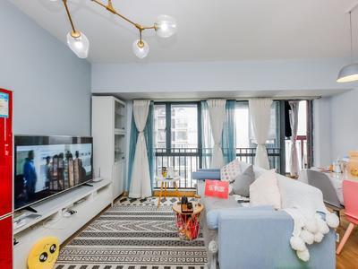 地铁口标准两房一厅,家私家电齐全。